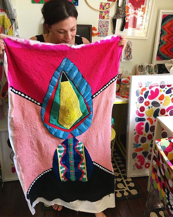 L'artista Liz Payne mostra un arazzo moderno da lei realizzato