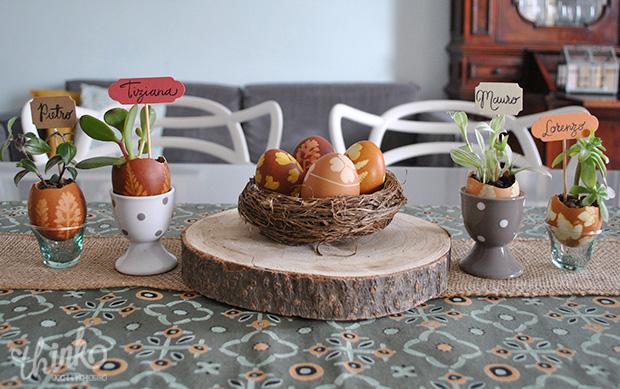 Decorare la tavola per Pasqua con uova dipinte in modo naturale